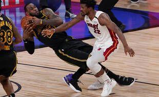 Jimmy Butler vole un ballon à LeBron