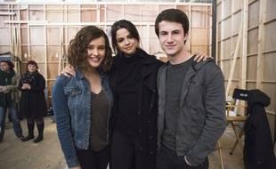 Katherine Langford, Selena Gomez, et Dylan Minnette sur le plateau de tournage de «13 Reasons Why».