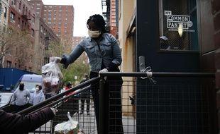 Distribution de nourriture dans le quartier d'Harlem à New York, le 20 avril 2020.