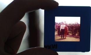 Illustration d'une personne tenant une diapositive révélant un couple