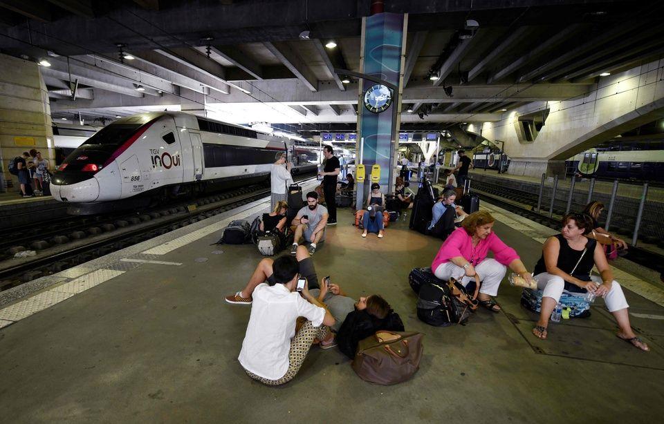Trafic interrompu à Montparnasse 960x614_des-voyageurs-bloques-attendent-sur-les-quais-de-la-gare-montparnasse-vendredi-27-juillet