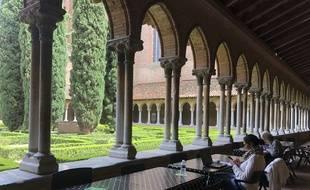Au cloître des Jacobins, des tables et transats attendent les étudiants pour leurs révisions.