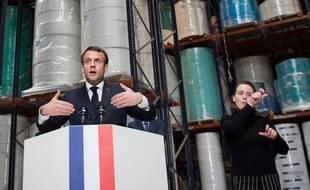 Emmanuel Macron accompagné d'une interprète en langue des signes le 31 mars 2020