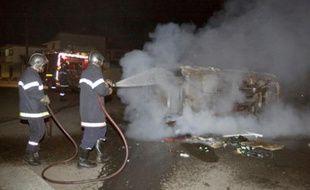 Les pompiers éteignent une voiture en feu dans le quartier chinois de Cayenne