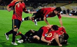 Les Espagnols se congratulent après un but de Fernando Torres face à la Nouvelle-Zélande, le 14 juin 2009.