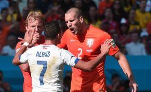 Les Néerlandais Kuyt et Vlaar s'en prennent au Chilien Alexis Sanchez, le 23 juin 2014, à Sao Paulo.