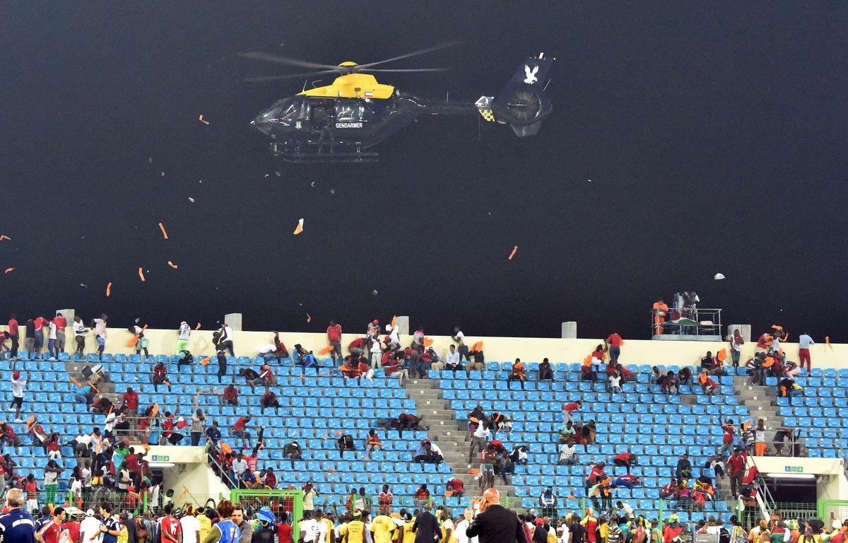 Un hélicoptère de la police survole le stade de Malobo (Guinée Equatoriale) après que des incidents ont éclaté, le 5 février 2015 / AFP PHOTO / ISSOUF SANOGO – AFP