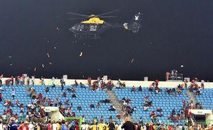 Un hélicoptère de la police survole le stade de Malobo (Guinée Equatoriale) après que des incidents ont éclaté, le 5 février 2015 / AFP PHOTO / ISSOUF SANOGO