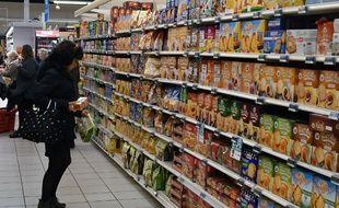 Une femme dans un rayon de supermarché (image d'illustration).