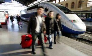 Quelque 700 passagers d'un TGV Paris-Marseille, bloqués en raison d'une panne électrique en pleine voie au sud de Mâcon tard vendredi soir, ont dû être transférés à bord d'un autre TGV pour être acheminés à bon port.
