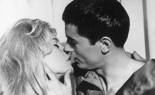 Baiser entre Alain Delon et Brigitte Bardot dans le film Amours Célèbres