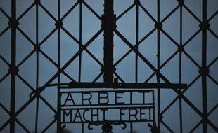 """Vue en date du 18 août 2013 de l'inscription """"Arbeit macht frei"""" (""""Le travail rend libre"""") à l'entrée du camp nazi à Dachau"""