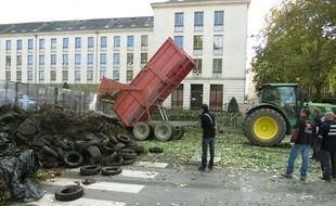 Dépôt de déchets verts devant la préfecture.