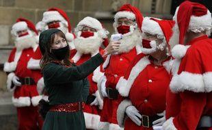 Des pères Noël, à Londres le 24 août 2020.