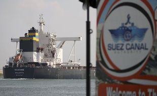Un cargo traverse le canal de Suez après la reprise du trafic le 30 mars 2021