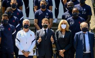 Le couple Macron avec Didier Deschamps et les Bleus, à Clairefontaine, le 10 juin 2021.