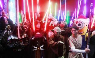 "Des fans de Star Wars arrivent déguisés dans un cinéma taïwanais qui diffuse le nouvel opus de la saga intersidérale  Fans dressed as Star Wars characters parade outside a movie theater showing ""Star Wars: The Force Awakens"" Saturday, Dec. 19, 2015, in Taipei, Taiwan. (AP Photo/Chiang Ying-ying)/XYY106/331668150221/1512191225"