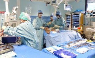 17/06/2015 à Lyon. A l'hôpital de la Croix-Rousse à Lyon, la reconstruction mammaire après cancer se fait grâce à la réinjection de tissus graisseux. Une technique naturelle et en ambulatoire qui vient d'être avlidée par la Haute autorité de santé.
