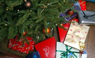 Des cadeaux de Noël sous le sapin