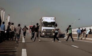 Des migrants tentent de monter dans des camions sur l'A16.