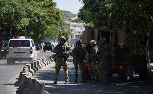 Des militaires américains déployés dans les rues de Kaboul près du lieu d'un attentat perpétré le 31 mai