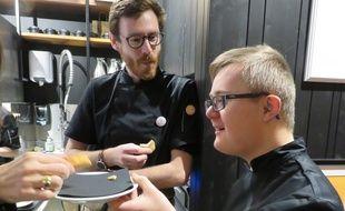 Huit personnes en situation de handicap mental ont été recrutés au Café Joyeux, comme Fabian qui assure le service.