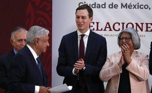 Le président mexicaine Andres Manuel Lopez Obrador (gauche) et le conseiller de la Maison Blanche Jared Kushner après la cérémonie de signature du traité de libre échange USMCA, le 10 décembre 2019 à Mexico.