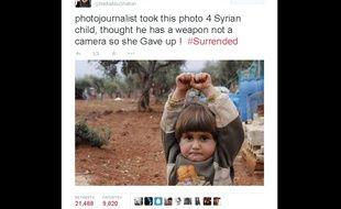 Capture d'écran du tweet de la photojournaliste  Nadia AbuShaban, qui a rendu viral le cliché d'un petite Syrienne terrifiée par l'appareil d'un photographe.