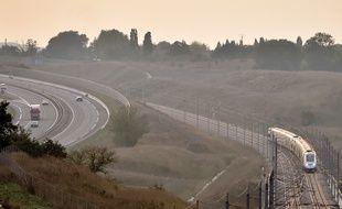 Un TGV circule sur la ligne à grande vitesse entre Rennes et Paris, ici à proximité de Laval.