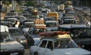 En attendant, encouragé par la trêve, un flot continu de voitures a acheminé des milliers de Libanais vers les villes et villages qu'ils avaient désertés. Les routes ont été engorgées par de nombreux bouchons, entre Beyrouth et le sud.