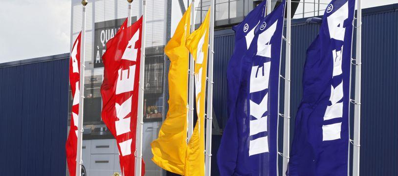 Des drapeaux devant un magasin Ikea (illustration).