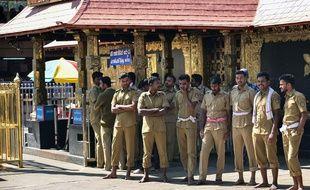 Des policiers indiens devant le temple de Sabarimala, où un prêtre a procédé à une purification après l'entrée de deux femmes dans le bâtiment, le 2 janvier.