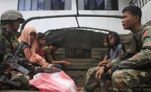 Des soldats philippins gardent des activistes islamistes du groupe Maite arrêtés le 22 août 2016.