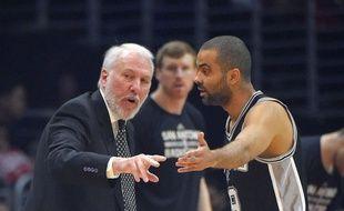 Sorti des play-offs NBA dès le premier tour le 2 mai, Tony Parker, ici aux côtés de son entraîneur Gregg Popovich, sera de retour en France vendredi.