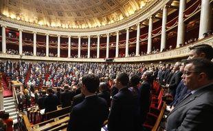 Les députés debouts lors d'une minute de silence en hommage aux victimes des attaques dans l'Aude.
