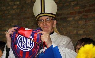 Le pape François brandit le fanion du club de San Lorenzo