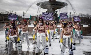 Des Femen lors d'une action militante place de la Concorde à Paris, dimanche 8 mars.