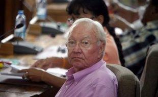 """Le sénateur (DVD) Gaston Flosse a été condamné jeudi à 1,5 millions de francs Pacifique (12 570 Euros) d'amende par la Cour d'appel de Papeete, dans l'affaire dite des """"RG de la Présidence""""."""