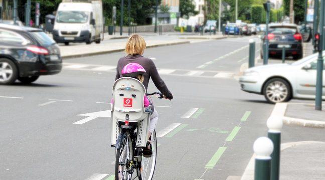 Illustration d'une cycliste transportant son enfant à vélo, ici dans les rues de Rennes.  – C. Allain / APEI / 20 Minutes