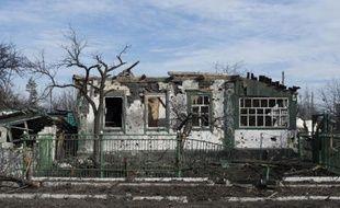 Une maison endommagée par les combats à Nikishyne, près de Debaltseve, dans l'est de l'Ukraine, le 11 mars 2015