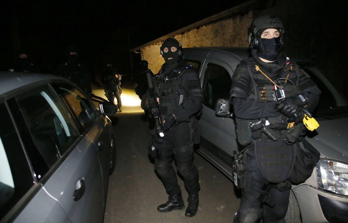 Des policiers du RAID ont participé à une opération contre l'organisation séparatiste basque ETA le 16 décembre 2016, dans les Pyrénées-Atlantiques. – Bob Edme/AP/SIPA