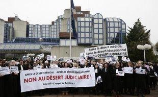 Des professionnels du droit manifestent contre la réforme Macron à Bobigny, en Seine-Saint-Denis, le 1er décembre 2014