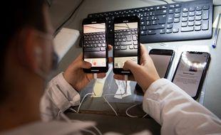 La société Largo, près de Nantes, reconditionne des téléphones et appareils numériques.