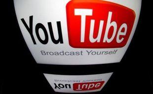 """Le logo """"YouTube"""" sur l'écran d'une tablette"""