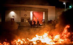 Des surveillants pénitenciers manifestent devant la prison de Villefranche-sur-Saône, lundi 15 janvier 2018.