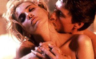 Michael Douglas  Auréolé de stupre après son rôle sulfureux dans Basic Instinct, Michael Douglas aurait effectué une «sex rehab» en 1993 dans une clinique de l'Arizona. Si l'acteur s'en est toujours défendu, il n'empêche que son épouse actuelle, Catherine Zeta-Jones lui aurait fait signer un contrat de mariage lui garantissant cinq millions de dollars si Douglas venait à la tromper. Ca vous calme un homme ça...