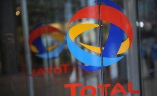Total est en discussion avec le groupe pétrolier public chinois Sinopec sur la création d'une coentreprise d'exploration et production de gaz de schiste en Chine, a affirmé dimanche le directeur général du français au Wall Street Journal, se disant en outre ouvert à une montée au capital du pays qui détient 2% de son groupe.