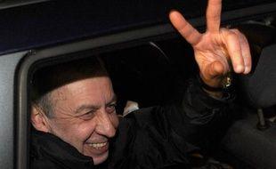 Andreï Sannikov, principal adversaire d'Alexandre Loukachenko à la présidentielle de 2010 au Bélarus, condamné en mai à cinq ans de prison, puis libéré samedi, a été accueilli par une centaine de ses partisans à son arrivée à Minsk.