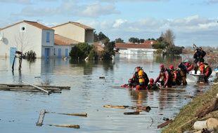 Les pompiers à La Faute-sur-mer (Vendée), le 28 février 2010.