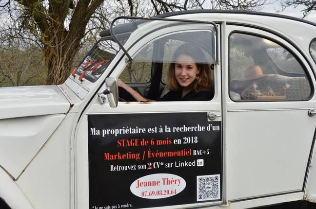 Jeanne Théry au volant de sa voiture.
